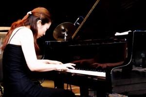 Laureatė Tomona Mijadzaki (Japonija) koncertuoja Druskininkų miesto aikštėje (2004 08 21)